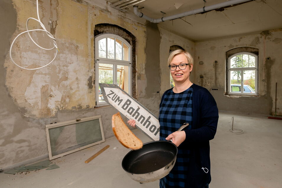 """Raphaela Lehmann gehört zu den Gründungsmitgliedern des Vereins """"Bahnhof der Inklusion"""" in Radibor. Wo jetzt noch Baustelle ist, sollen bald Menschen mit und ohne Handicap gemeinsam kochen - und noch viel mehr."""