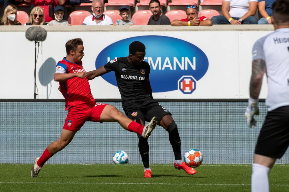 Michael Akoto gehört in der Anfangsphase zu den auffälligsten Dynamos, immer wieder schaltet er sich in die Offensive ein.