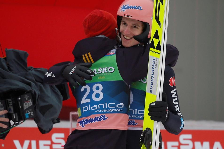 Markus Eisenbichler gratuliert Karl Geiger nach dem Springen in Planica.