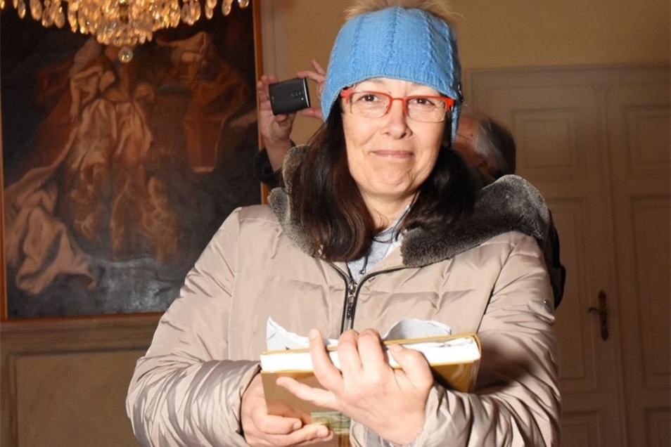 Redakteurin Heike Riedel mit dem Ablaufplan der Sendung.