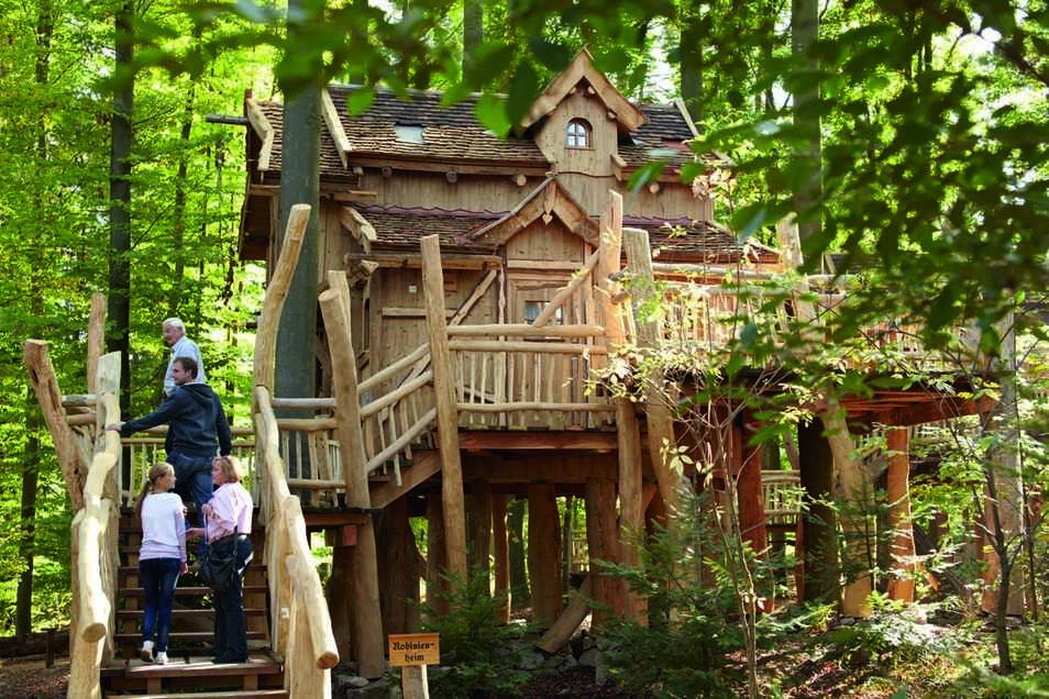 Der Erlebnispark Tripsdrill in Baden-Württemberg liegt zwischen Weinbergen, Wäldern und Wiesen in Cleebronn nahe Stuttgart und öffnet am 29. Mai. Neben über 100 Attraktionen, darunter zwei neuen Achterbahnen, gibt es ein Wildparadies und ein Natur-Resort,
