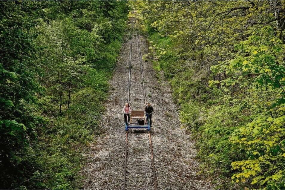 So sieht derzeit der Schienenverkehr zwischen Arnsdorf und Dürrröhrsdorf aus. Auf der stillgelegten Bahnstrecke sind täglich bis zu 15 Draisinen unterwegs.