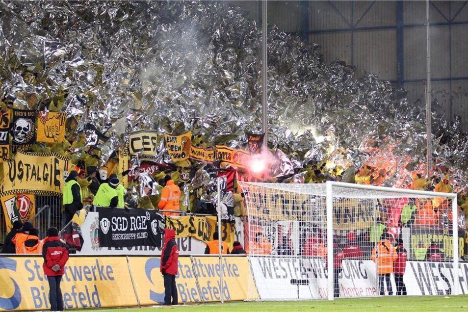 Die Dresdener Fans zünden ein Feuerwerk zu Beginn der zweiten Halbzeit.