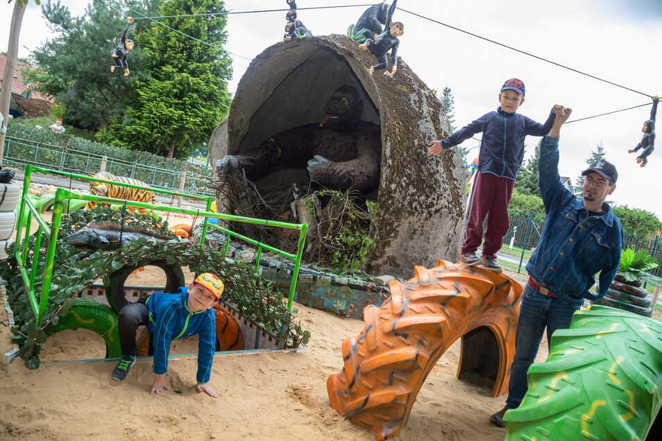 Fabian (9) und Felix (6) probieren mit Papa Silvio den neuen Hindernis-Parcours im Kinderspielpark Kaltwasser aus. Die Bautzener machen dieses Jahr Urlaub in der Heimat und erkunden die Erlebnismöglichkeiten.