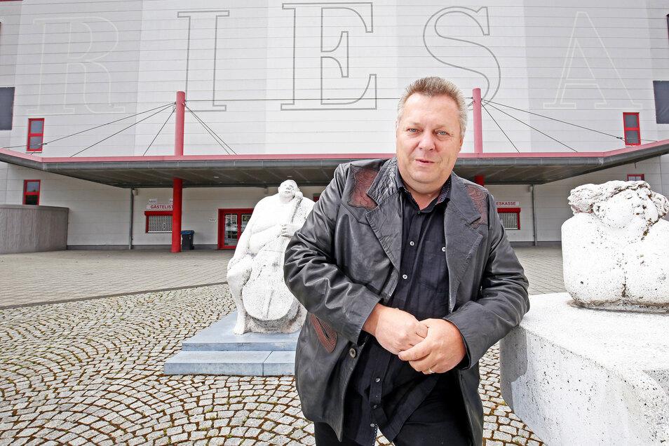 Darauf ist Riesas Ex-OB Wolfram Köhler ganz besonders stolz: Die Sachsenarena in Riesa. 1999 wurde sie eröffnet, 8600 Quadratmeter groß, Fassungsvermögen bis zu 13000 Zuschauern. Das Foto entstand im Vorjahr bei einem Besuch Köhlers in Riesa.