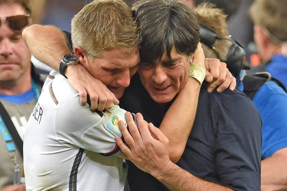 Joachim Löw liegt sich nach dem gewonnen WM-Finale 2014 mit Bastian Schweinsteiger in den Armen. Es war für beide der größte Erfolg in ihrer Zeit bei der Nationalmannschaft.