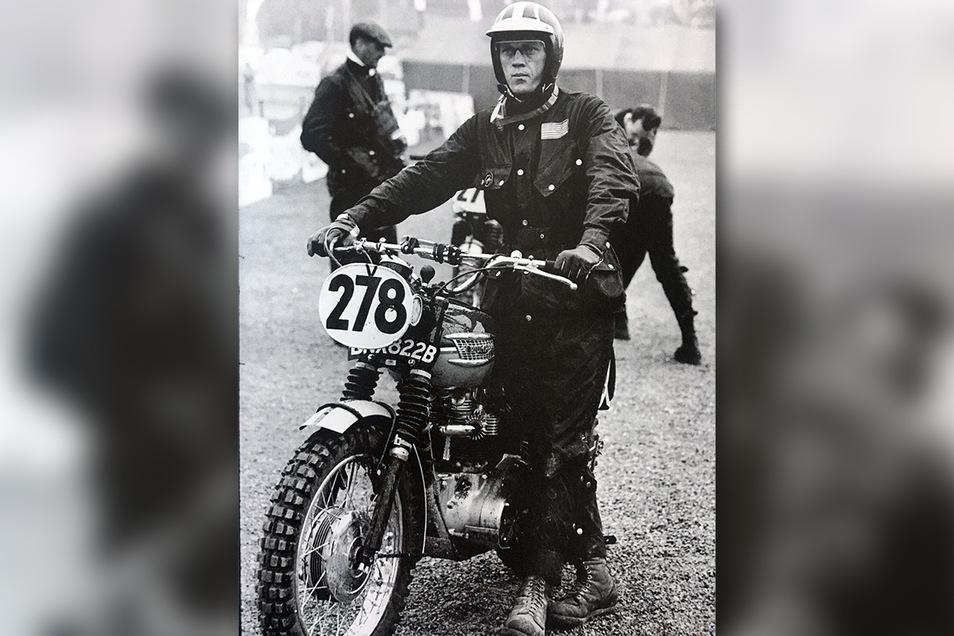 Steve McQueen mit seiner Triumph TR6 mit Startnummer 278 vor dem Auftakt zu den Sixdays 1964.