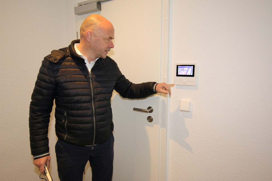 Eine moderne Türöffneranlage mit Kamera an der Haustür gehört zur Ausstattung der sanierten Wohnungen.