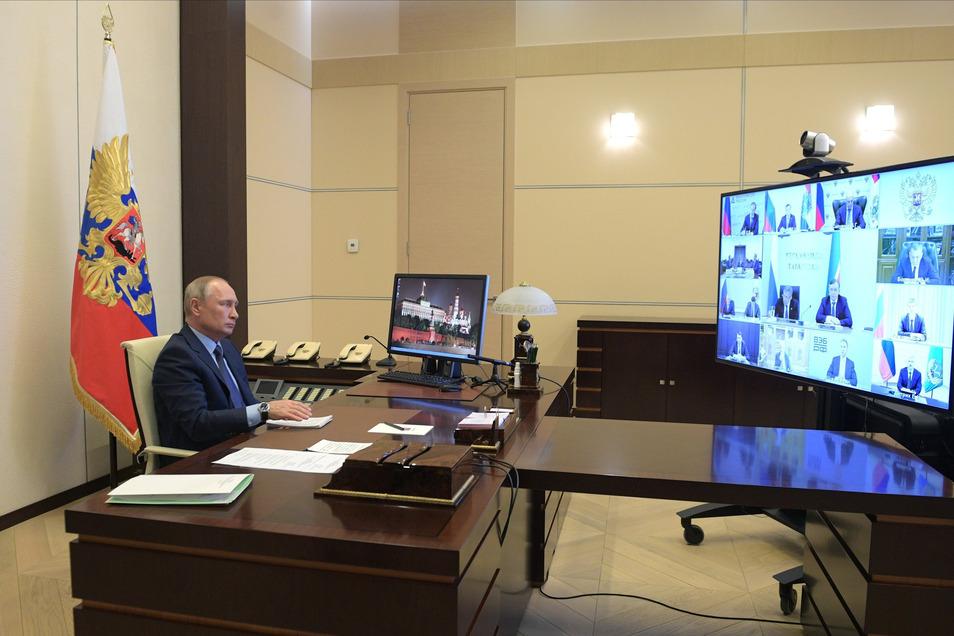 """Alles unter Kontrolle? Wladimir Putin, Präsident von Russland, nimmt an einer Videokonferenz zum Thema """"Unterstützung der Automobilindustrie"""" teil."""