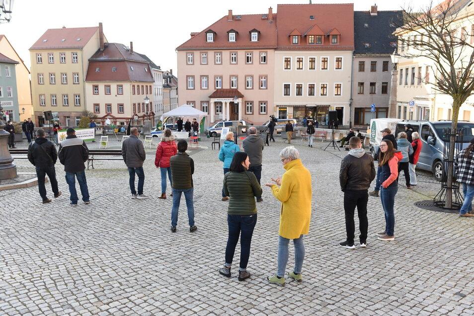 Etwa 60 Menschen versammelten sich am Montag auf dem Marktplatz.