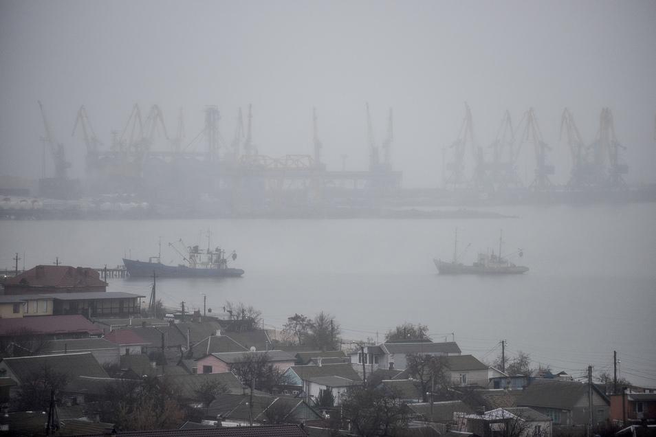 Der russische Grenzschutz hatte Ende November drei ukrainische Schiffe mit 24 Besatzungsmitgliedern auf dem Weg vom Schwarzen ins Asowsche Meer gewaltsam gestoppt. Der Internationale Seegerichtshof in Hamburg ordnete im Mai die sofortige Freilassung der 2