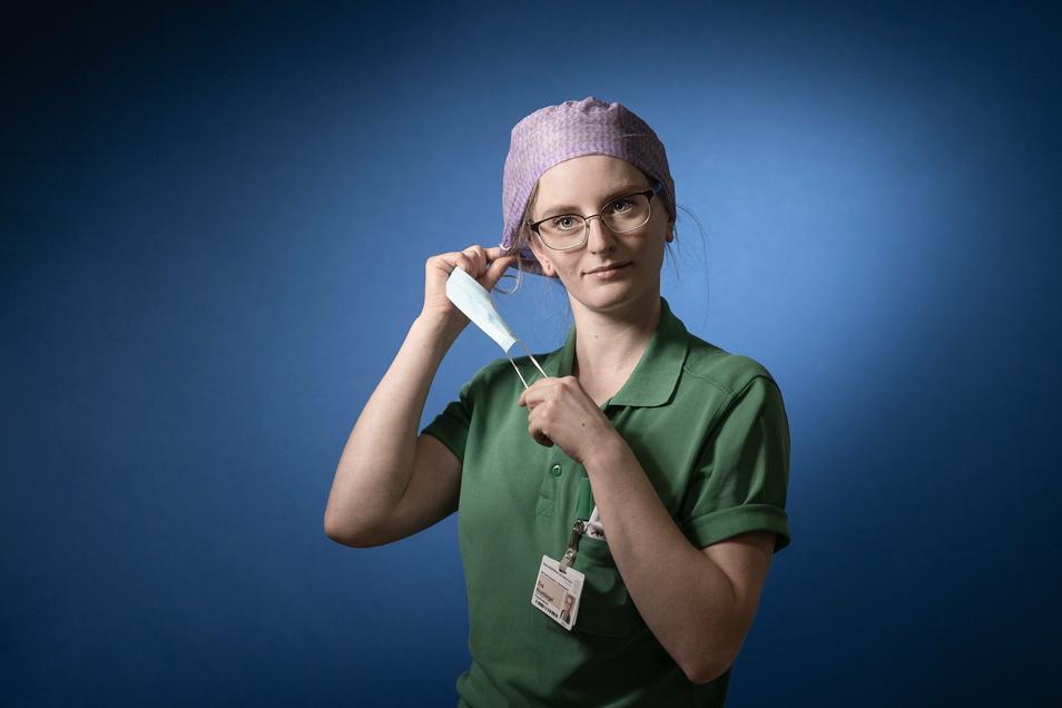 Eva Krumbiegel ist eine von drei Physiotherapeutinnen der Intensivstation. Die 26-Jährige hält auch komatöse Patienten beweglich, verhindert, dass sie sich wund liegen, macht Atemübungen.