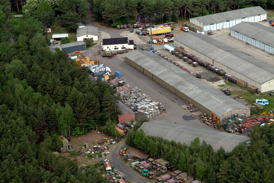 Noch älter, nämlich fotografiert im Jahr 2006, ist dieses Bild. Damals war die Firma HaDe auf dem Areal ansässig. Diese handelte unter anderem mit altem Gerät aus NVA-Beständen. Im Jahr 2012 war damit Schluss.