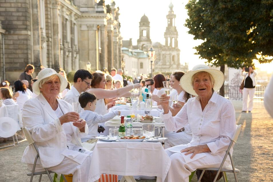 Vom Hut bis zum Tischschmuck, beim Diner en Blanc ist wirklich alles in Weiß gehalten. Am 22. August ist es wieder soweit.