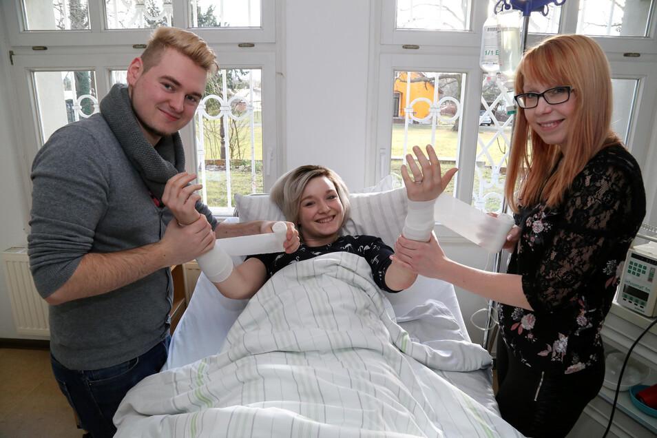 Ein Bild vom Vorjahr: Erick Muhl (22, links), Elisa Löbling (19, Mitte) und Babette Schoetz (23, rechts) waren damals im 3. Lehrjahr, um den Beruf des Gesundheits- und Krankenpfleger an der Berufsfachschule Niesky zu erlernen.