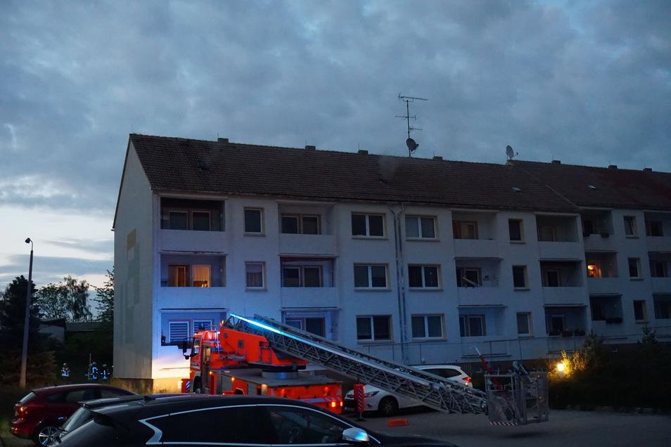 Mehrere Feuerwehren sind am Dienstagabend zu einem Mehrfamilienhaus in Göda ausgerückt.