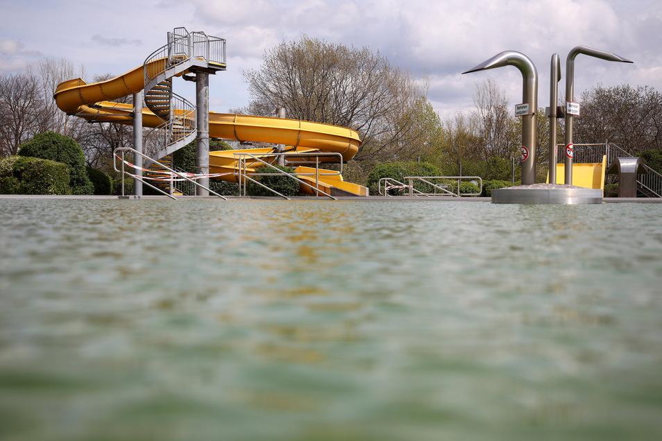 Ehe es in Riesa-Weida losgehen kann, muss das Wasser vom Vorjahr abgelassen werden. Insgesamt müsse man mit einem Vorlauf von drei bis vier Wochen rechnen, ehe das Bad bereit ist, teilt der Betreiber mit.