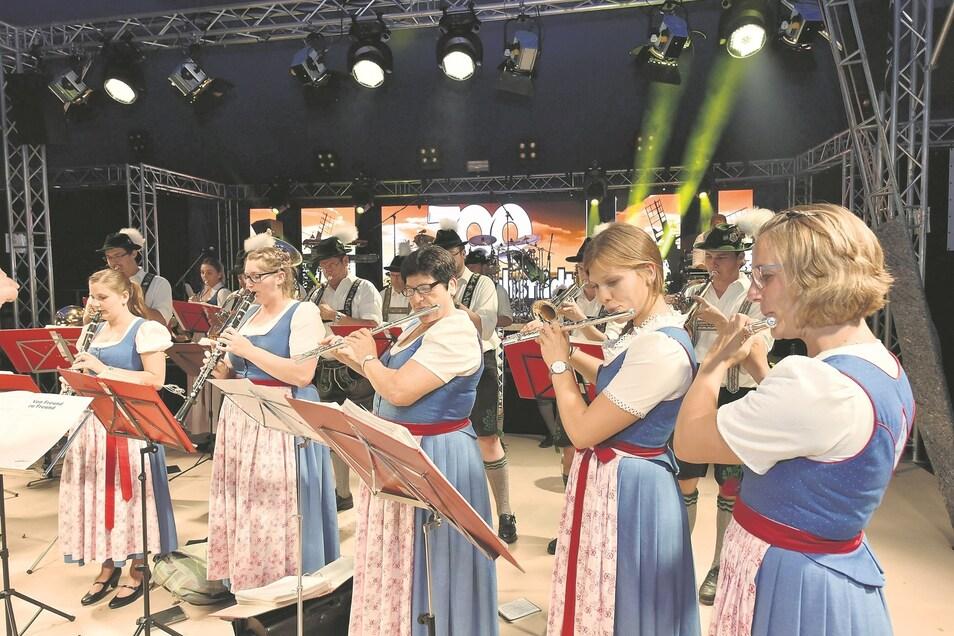 Mit volkstümlicher Musik ging es in Reichstädt in die Festwoche.