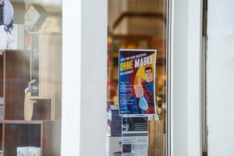 Auf der Bautzener Karl-Marx-Straße machten Ladeninhaber mit Schildern am Schaufenster darauf aufmerksam, dass Kunden bei ihnen keinen Mund-Nasen-Schutz tragen müssen. Jetzt haben sie Bußgeldbescheide bekommen.