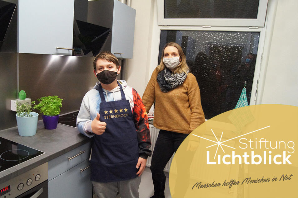 Sozialpädagogin Anja Bradatsch betreut den Kochklub beim Kinderschutzbund in Görlitz. Justin Rogel (links) ist eins der Kinder, denen das Kochen viel Freude macht.