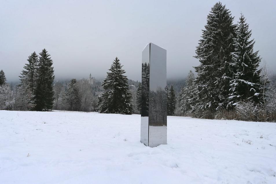 Ein Monolith aus Metall steht unterhalb des Schlosses Neuschwanstein auf einer Wiese. Wer die rund zwei Meter große Metall-Stele in dem Feld aufgestellt hat, ist noch unklar.