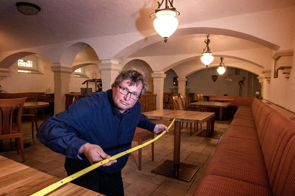 """Die Vorbereitung im """"Sonnenhof Ossig"""" laufen auf Hochtouren. Wirt Markus Weinert stellt die Tische auf den Mindestabstand von 1,50 Meter auseinander."""