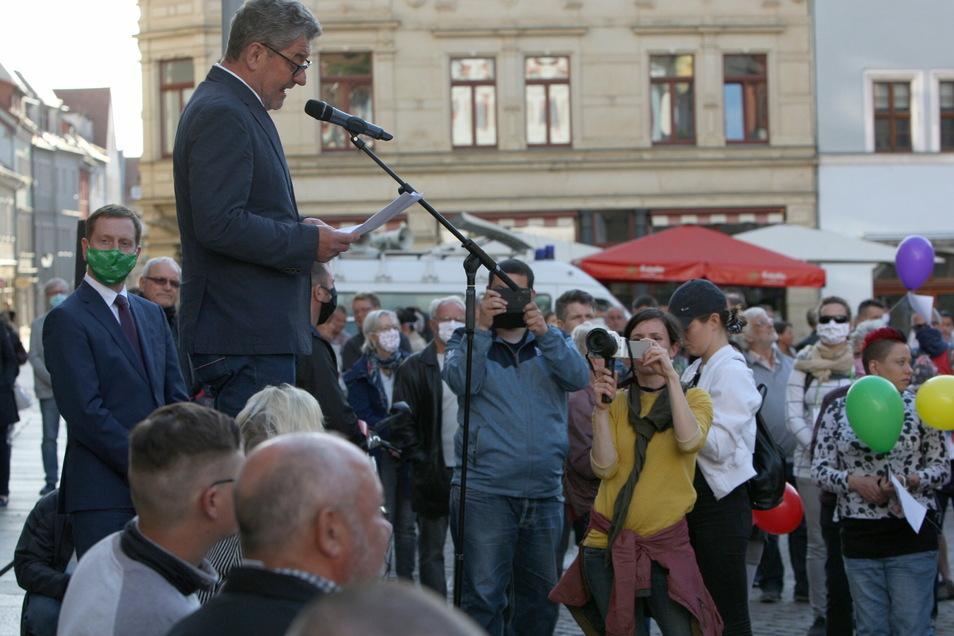 Pirnas Oberbürgermeister Klaus-Peter Hanke im Mai 2020 beim Bürgerdialog auf dem Markt: Der Kommunikationsdruck wächst.