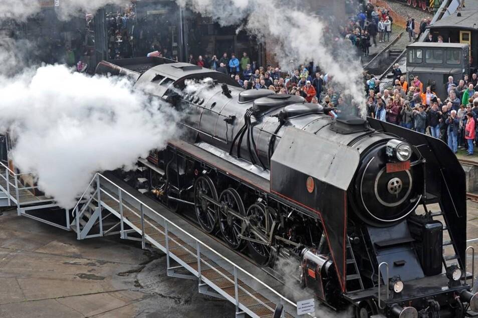 """Die Dampflokomotive 475.111 """"Plzen"""" von 1947. Das Dampflokfest wird am Sonntag von 10 - 18 Uhr fortgesetzt."""