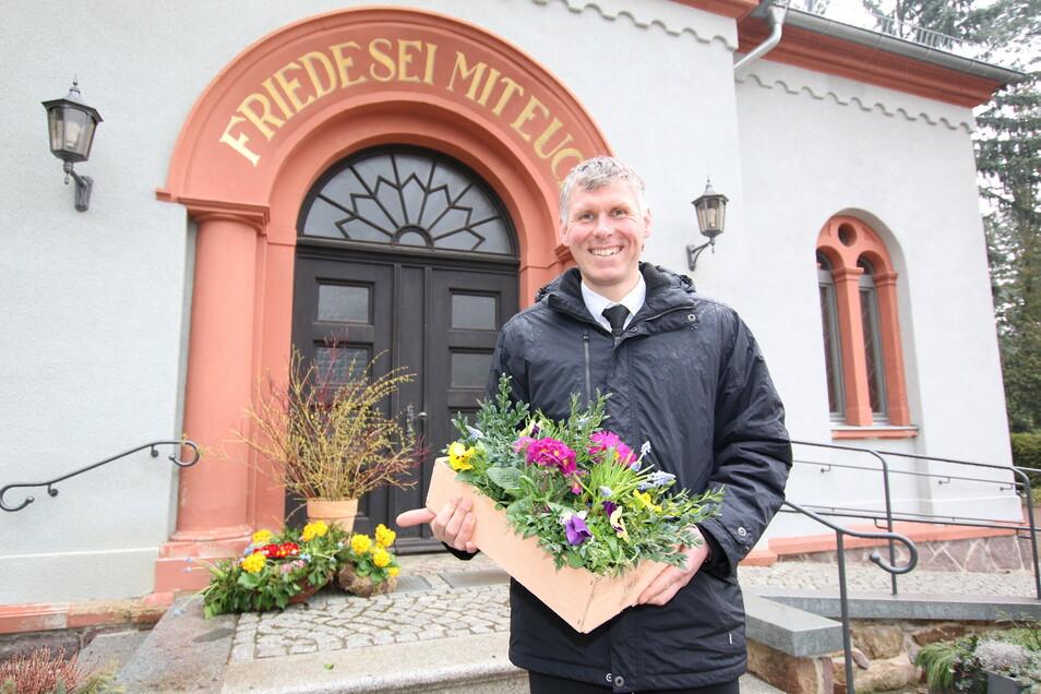 Sebastian Markert ist in Hartha für die Unterhaltung des Friedhofes verantwortlich. Mit den ersten Frühblühern sorgt er in den nächsten Tagen für Farbtupfer auf dem parkähnlichen Areal.