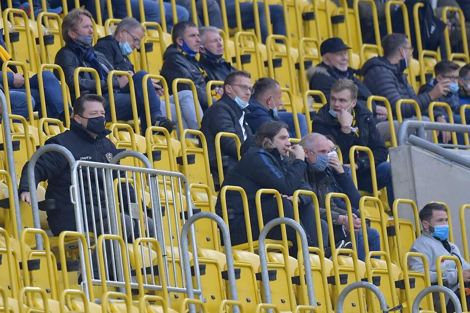 Vor dem erneuten Ausschluss durften noch mal Zuschauer ins Harbig-Stadion, es kamen nur 820 - mit Anstand auf der Tribüne: Dynamo-Präsident Holger Scholze (l.) und Meppens Trainer Torsten Frings (M.).