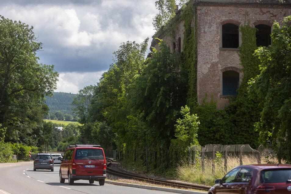 Die Hydraulik-Ruine an der Bahnstrecke in Dipps sieht aus wie ein Dornröschenschloss. Aber es gibt Ideen, wie sie wachgeküsst werden kann.