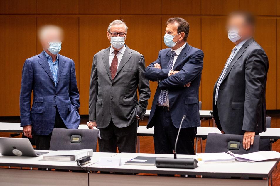 Horst Neumann (2.v.l) und Karlheinz Blessing (2.v.r), ehemalige VW-Konzernpersonalvorstände, stehen mit zwei weiteren Angeklagten zusammen.