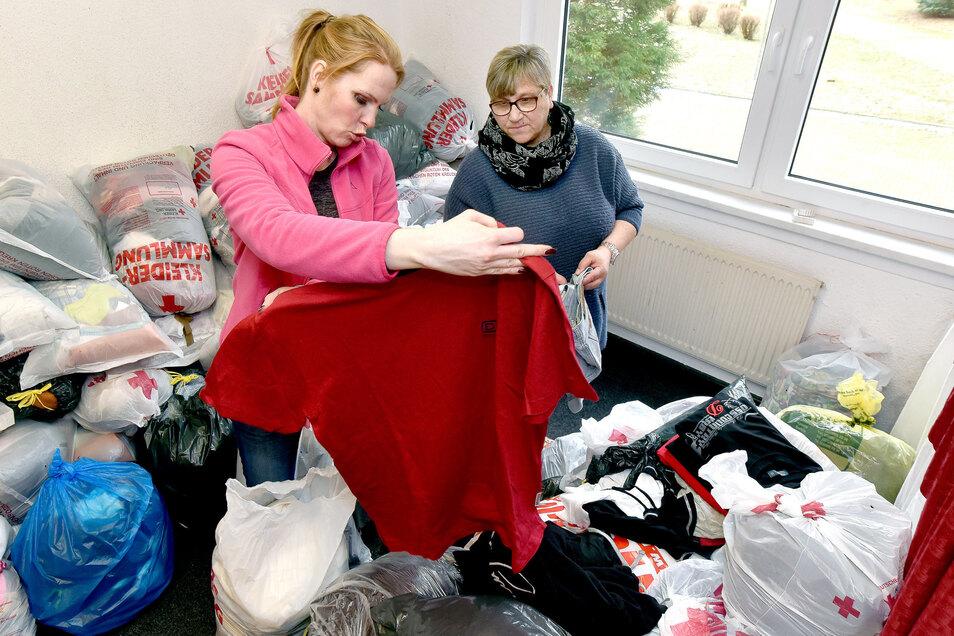 Conny Ewald und ihre Kolleginnen prüfen die gesammelte Kleidung. Nur, was ohne Flecken und Schäden ist, kommt in den Verkauf.