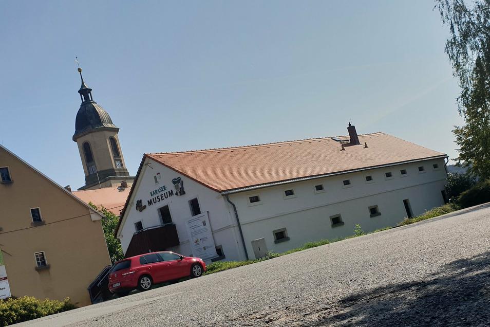 Der Parkplatz am Karasek-Museum in Seifhennersdorf wird jetzt erneuert.