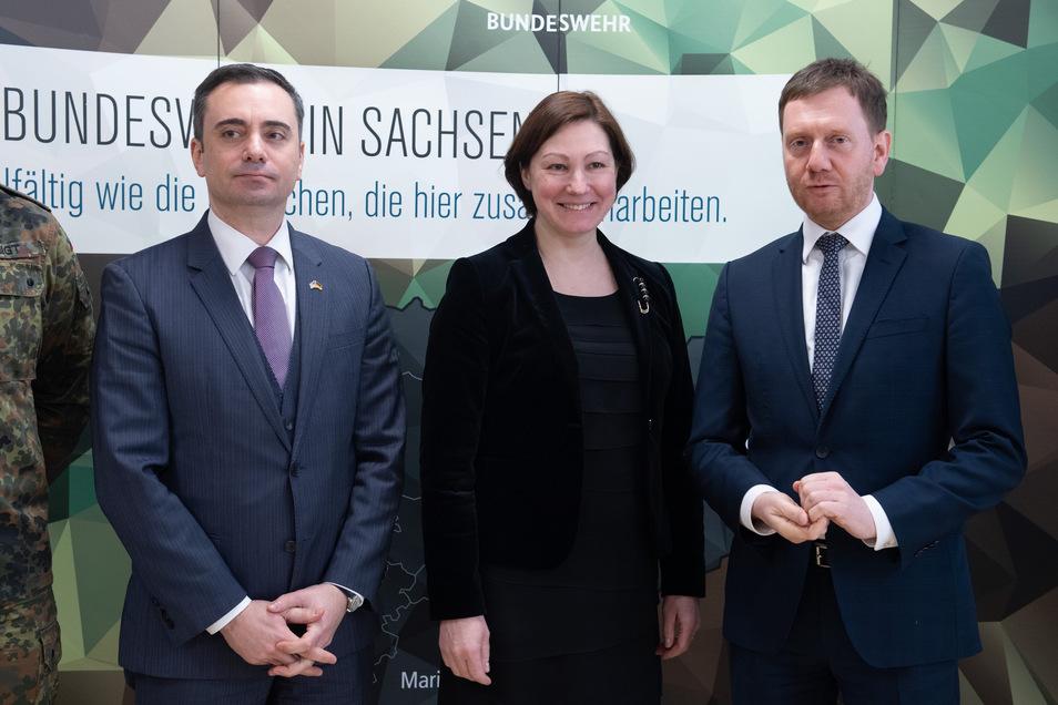 Timothy Eydelnant (l-r), amerikanischer Generalkonsul, Inga Skujina, lettische Botschafterin, und Michael Kretschmer (CDU), Ministerpräsident von Sachsen.