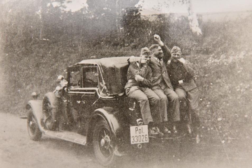 Der Schlossherr von Reinhardtsgrimma, Generalmajor Senfft von Pilsach, war einer der ersten Autobesitzer in Dipps und Umgebung. Dieses Foto entstand in den 1930er-Jahren, als er sein Auto an die Feuerwehr übergab.