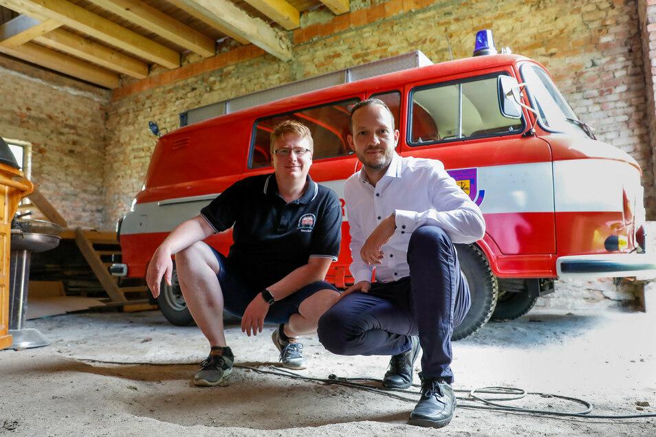 Ein Bild vom Sommer 2020: Henry Stuff und Bert Salomo vom Förderverein der Feuerwehr Eckartsberg in der Scheune.