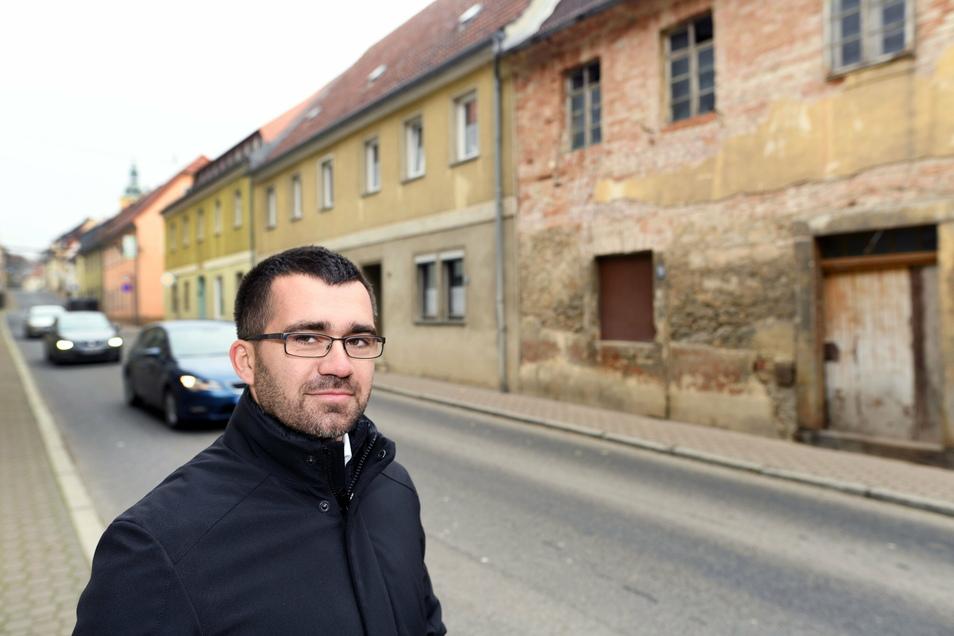 Bernstadts Bürgermeister Markus Weise in der engen Görlitzer Straße, bei deren Entwicklung es seit Jahren hakt.