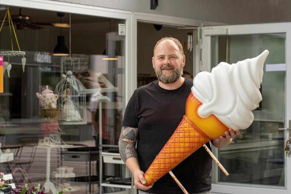 Eisdealer Alexander Schiebel vor seinem Geschäft an der Bautzener Seminarstraße. Beim Eisdielen-Ranking des Genießer-Magazins Falstaff landete er jetzt ganz weit vorn.