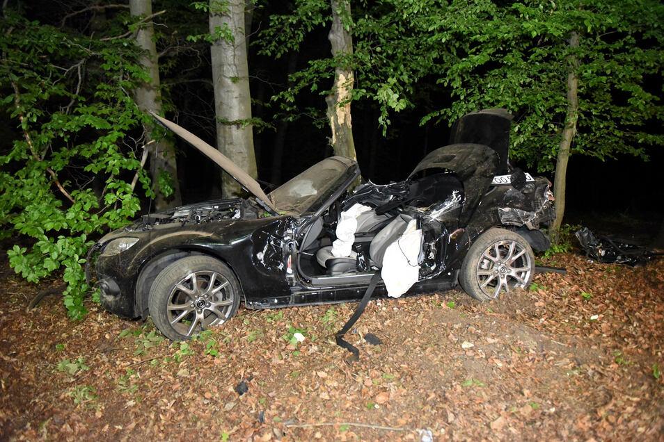 """Knapp zwei Kilometer vor dem Parkplatz """"Rossauer Wald"""" war das Cabrio am 17. Mai gegen 20 Uhr von der Fahrbahn abgekommen und durch einen Wildzaun gebrochen. Nachdem sich der Mazda mehrfach überschlagen hatte, blieb er an einem Baum stehen."""