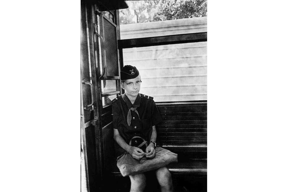 1972 begegnete der Fotografin dieses Kind in der Straßenbahn, das ganz offensichtlich seine Freizeit bei der Pioniereisenbahn verbrachte.
