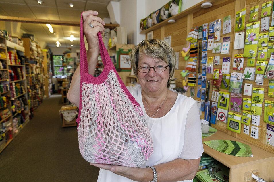 """Karin Bock hat ihr Geschäft """"Karin's Kinderstübchen"""" jetzt wieder eingeschränkt geöffnet, denn sie verkauft auch Stoff, aus dem Masken genäht werden können."""