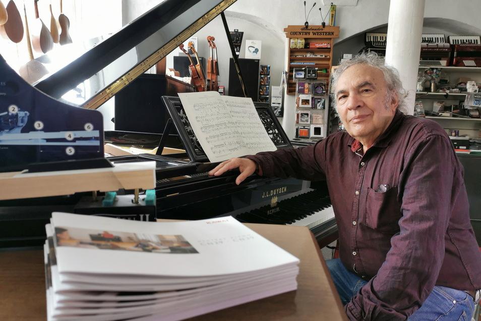 Senior Henry Rasch (71) hilft immer noch mit im Musikfachgeschäft an der Pulsnitzer Straße in Kamenz. Und nebenbei ist er auch viel in der gesamten Lausitz als Klavierstimmer unterwegs. Alle Kollegen kennen ihn.