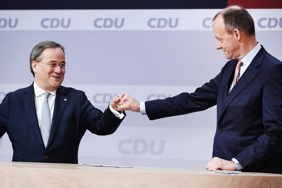 Der unterlegene Friedrich Merz (r) gratuliert Armin Laschet am 16. Januar zur Wahl als Parteivorsitzender beim digitalen Bundesparteitag der CDU.