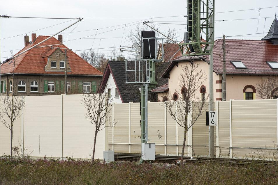 Die Deutsche Bahn plant weitere Lärmschutzwände in Weinböhla. Die längste an der Schindlerstraße. Die an der Bahnhofstraße soll verlängert werden.