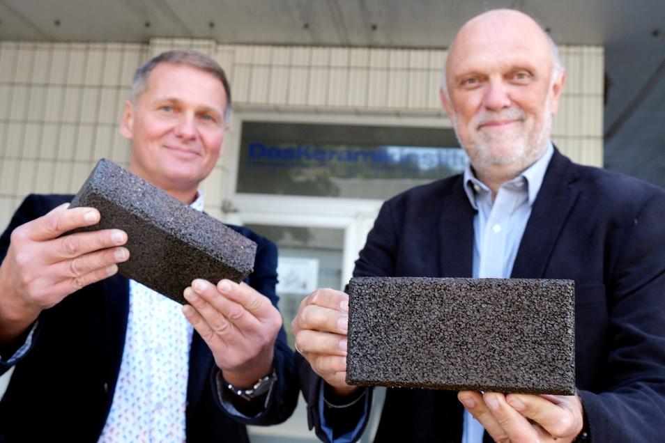 Geschäftsführer Jens Petzold (links) und Rüdiger Köhler sind mit ihrem wasserdurchlässigen Keramikziegel in Produktion gegangen.