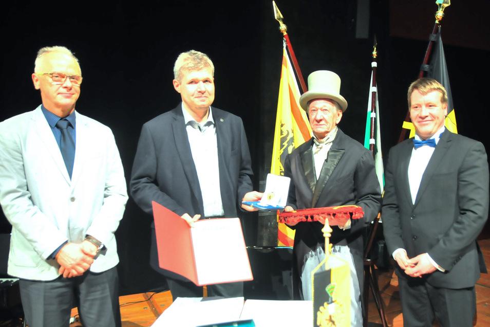Steffen Uschner, Marcel Reichel, Klaus Förster und OB  Dr. Sven Mißbach (v.l.) bei der Verleihung der Kleinen Preuskermedaille zum Tag des Ehrenamtes im Großenhainer Kulturschloss.