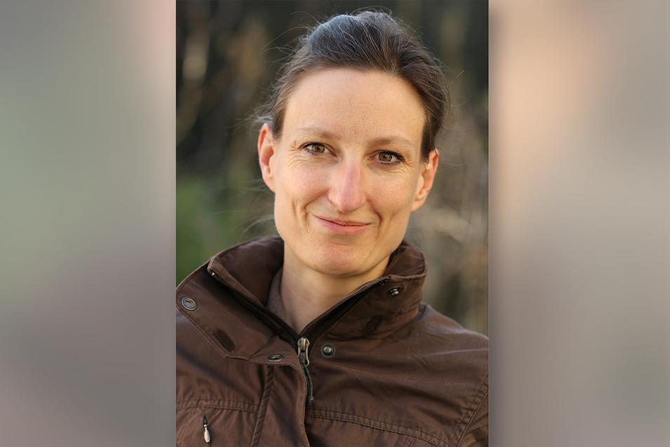 Elke Schwarzer ist Diplom-Biologin und Buchautorin. Sie arbeitet als Softwareentwicklerin. Über die Erlebnisse in ihrem Reihenhausgarten bloggt sie regelmäßig auf www.guenstiggaertnern.blogspot.de Schwarzer lebt in Gelsenkirchen und ist 48 Jahre alt.