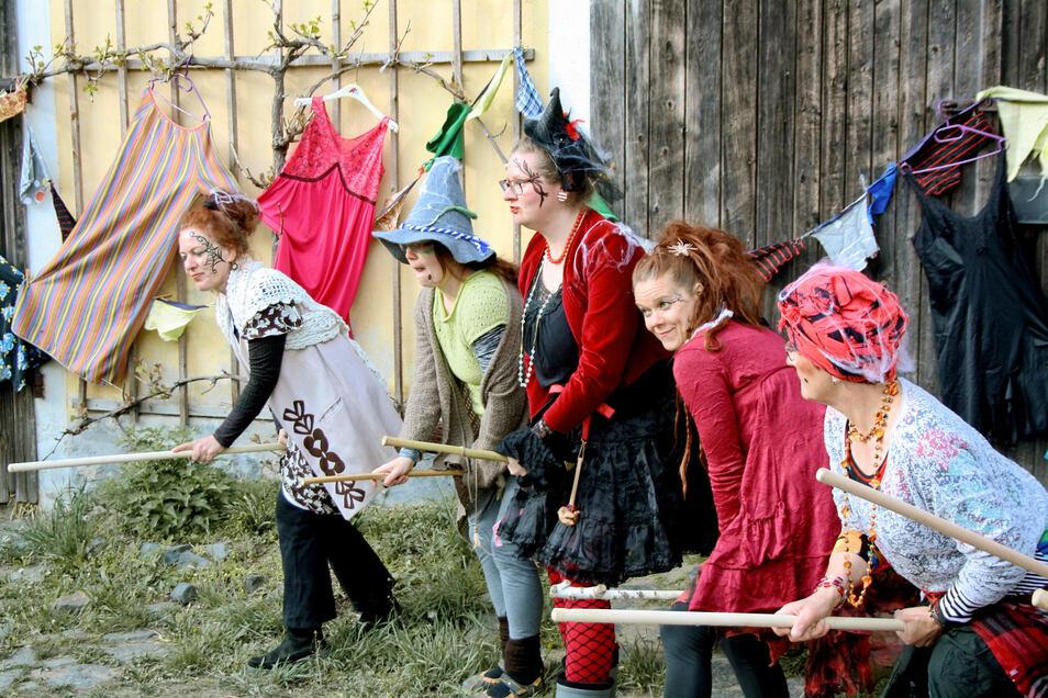 Die Theaterpädagogische Werkstatt organisiert auch gemeinsam mit anderen Vereinen aus Großhennersdorf das Hexenfest zur Walpurgisnacht.