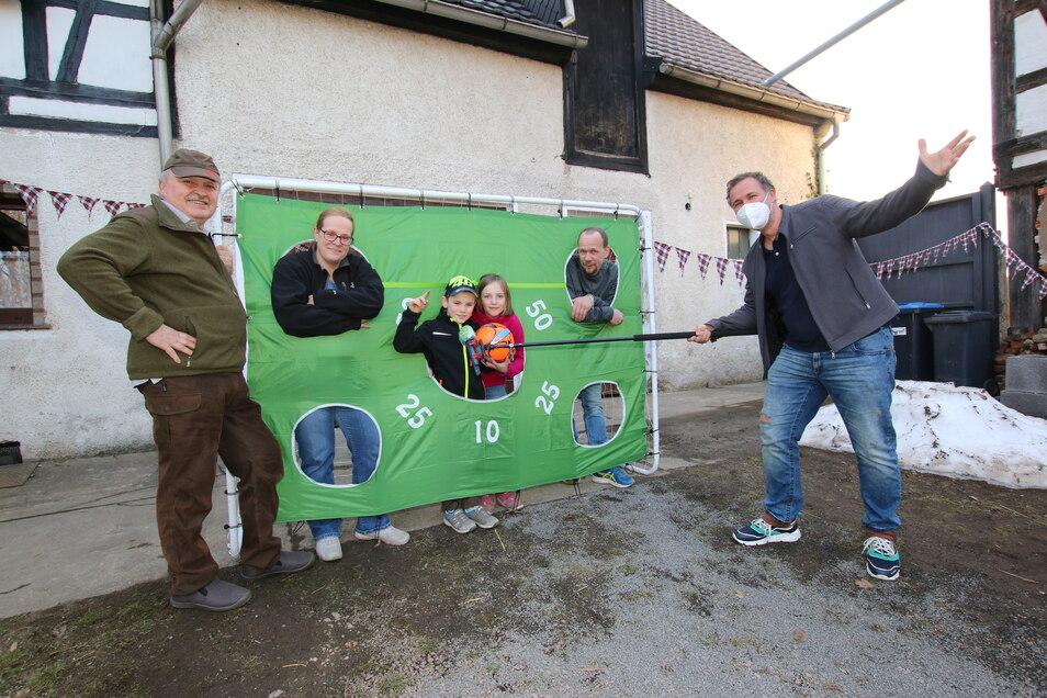 Auf Einladung von Opa Jens Schmidt (links) ist Radiomoderator Silvio Zschage (rechts) am Donnerstag nach Gersdorf gekommen. Dort feierte Lorenz (Mitte) seinen 8. Geburtstag.